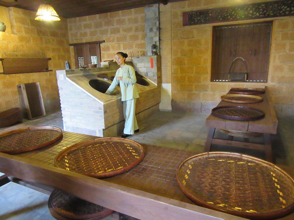 Tradiční ruční zpracování čajů - zde pečení