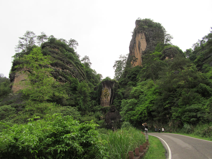 Wuyi v celé kráse i se splývajícím Budhou